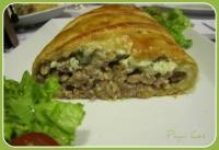 Hojaldre de carne encebollada y queso azul