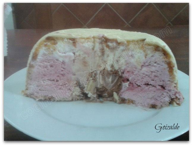 Este es el corte de la última tarta bombón que he hecho. Lleva una capa exterior de chocolate blanco y el relleno son tres helados diferentes: en el centro chocolate y leche merengada, alrededor helado de cerezas, los tres son de Lidl